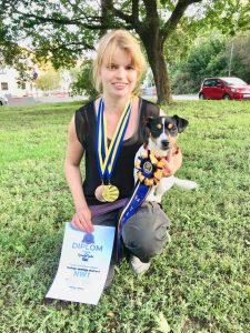 Jag och Ziggy med diplom, medaljer och rosett.