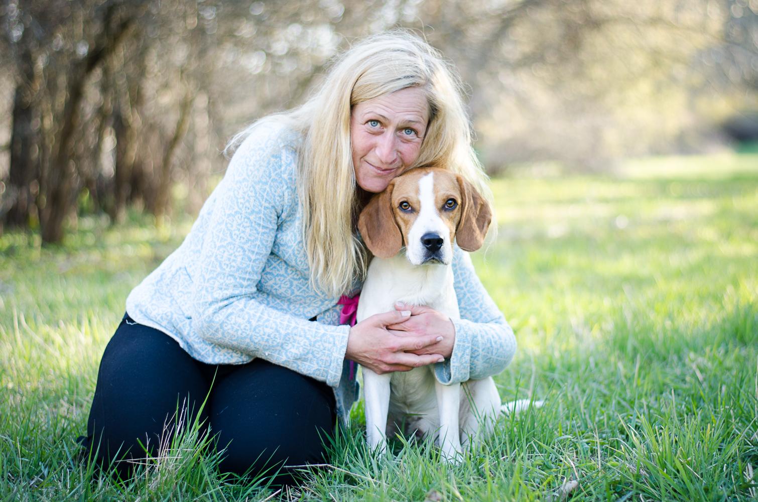 Eva Beijersand myser med beaglen Tage