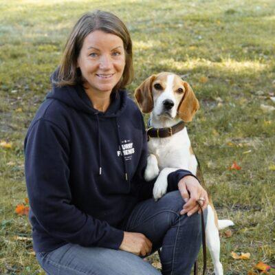 Hundpsykolog Kicki Fellstenius och beaglen Tage