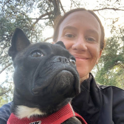 Camilla Kandare med sin franska bulldogg Blenda i famnen